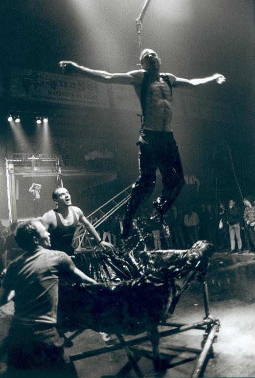 La Fura dels Baus. Tier Mon 1988. Gruas2 scene. Author: La fura dels baus. Photo: Josep Gol.