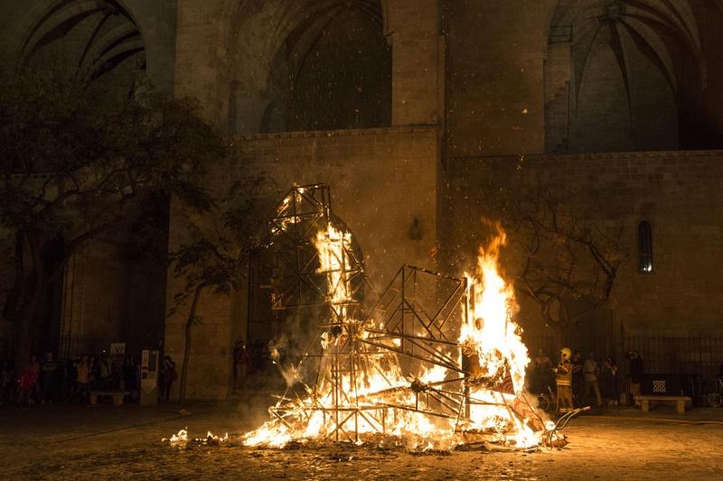 Tracapello fire Falla. Furs Place, Valencia.. Author: Marcel·lí Antúnez Roca. Photo: Carles Rodriguez.